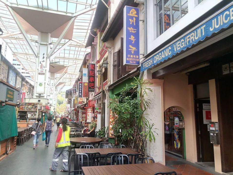 Chinatown ko'chasida do'konlar va kafelar