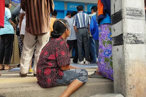 Taylandliklar bankomat oldida